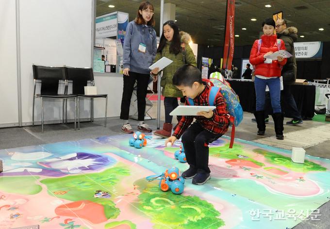 학생들이 '놀면서 배우는 코딩수업' 부스에서 무선 로봇을 체험하고 있다.