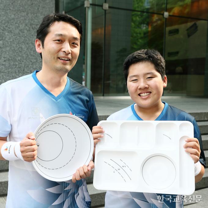이정훈(왼쪽) 서울 양정중 교사가 제자와 함께 제작한 무지개 식판을 들고 있는 모습.