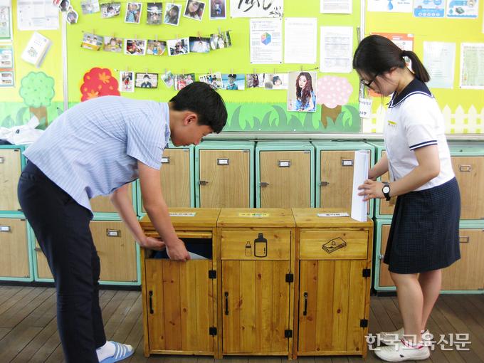 대구 경서중 2학년 교실에 비치된 분리수거함.