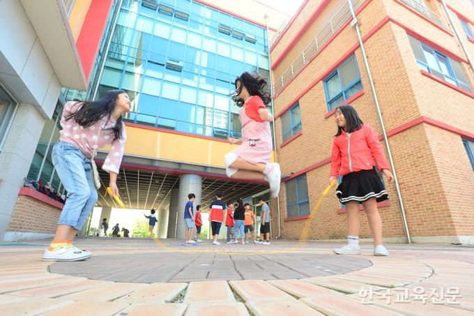 놀이시간에 학교 앞 현관에서 줄넘기를 하고 있는 학생들.